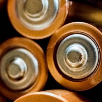 تیم ایرانی دانشگاه ایلینویز با موفقیت اولین نمونه باتری لیتیوم کربن دیاکسید را ساختند.